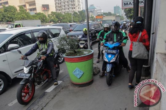 Putaran balik ditutup, pemotor Bekasi naiki trotoar