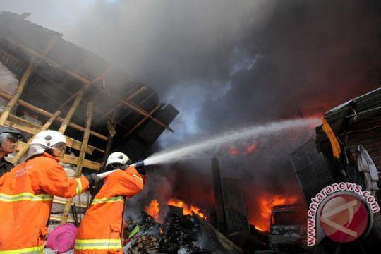 Gudang plastik Buduran Sidoarjo terbakar