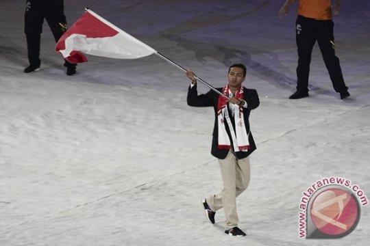 Siman Sudartawa pembawa bendera Indonesia pada pembukaan