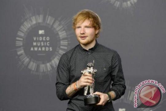 Ed Sheeran tunangan dengan teman masa kecil Cherry Seaborn