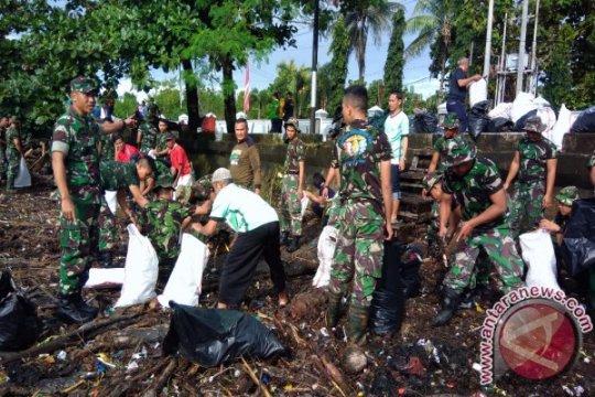 Sambut proklamasi kemerdekaan SAR bersih pantai Teluk Ambon