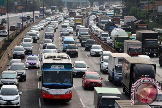 Bekasi-Cikampek empat jam akibat jalan tol padat