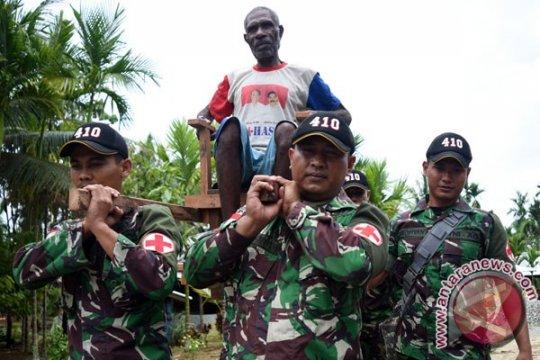 Terserang malaria, TNI  bantu evakuasi pasien ke Puskesmas Ubrub Keerom-Papua