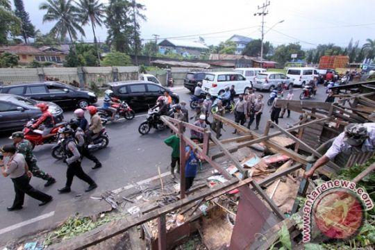 Puluhan kios di Jalan Raya Bandung-Cianjur ditertibkan atasi kemacetan