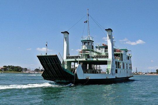 Wanita muda terjatuh ke laut saat di atas kapal feri