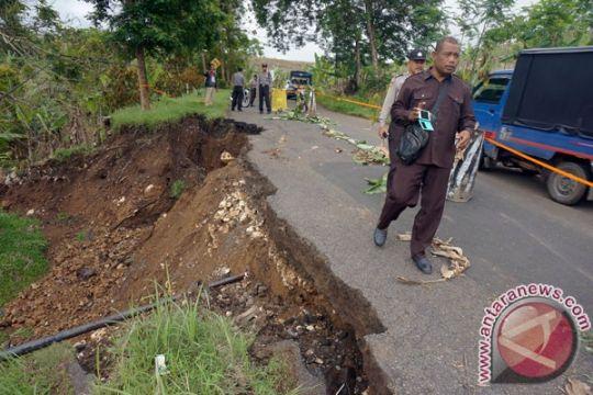 Petugas buka-tutup jalur di Gumitir akibat longsor
