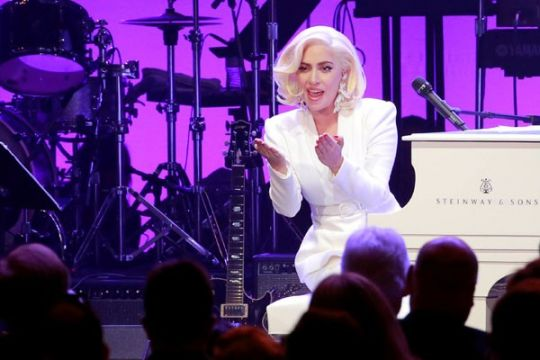 Lady Gaga mengungsi akibat kebakaran hutan