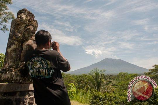 Status Gunung Agung siaga, puluhan pengungsi masih di Mataram