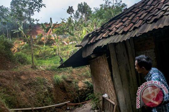 Rumah rusak akibat pergerakan tanah di Cianjur