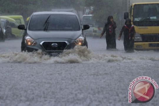 Legislator: saluran tak terkoneksi penyebab banjir Surabaya