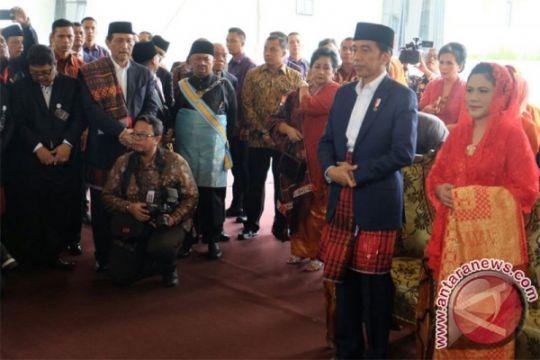 Jokowi belajar tari tortor satu hari demi Kahiyang-Bobby