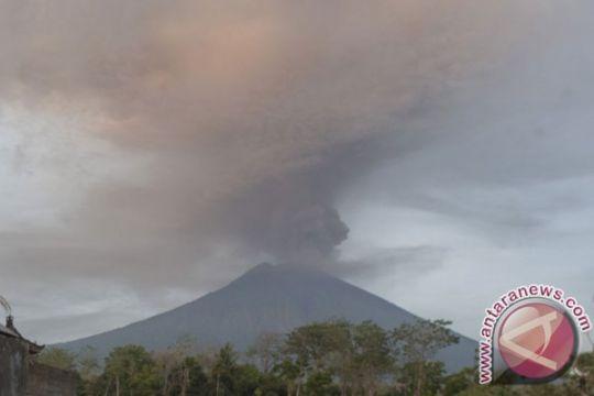 Gunung Agung meletus keluarkan butir bulat