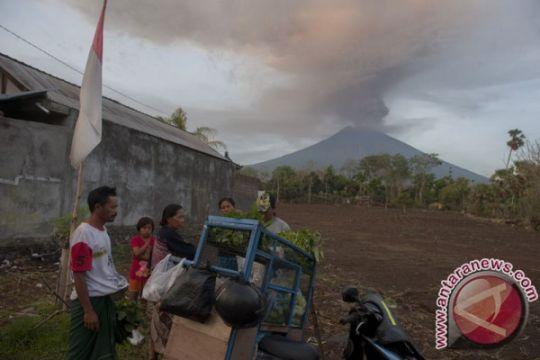 Gunung Agung empat kali meletus dini hari tadi