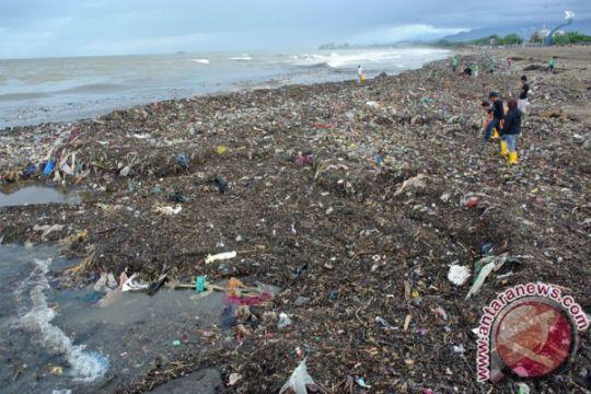 Sampah di ekowisata mangrove Kupang dibersihkan oleh ratusan warga