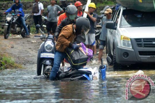 Ketinggian banjir di rel Porong terus berkurang