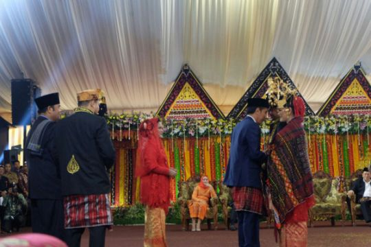 Jokowi berikan ulos untuk Kahiyang dan Bobby