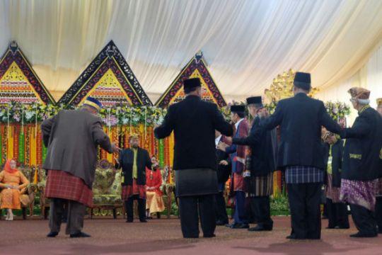 Presiden manortor di pesta adat pernikahan Kahiyang