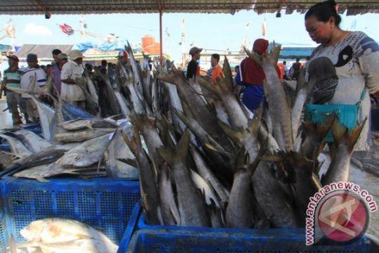 Rini salurkan bantuan revitalisasi pelelangan ikan Ujung Genteng