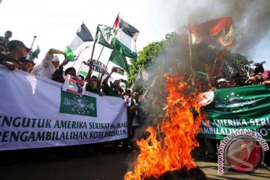 Pendemo bakar bendera AS-Israel di depan kedubes AS