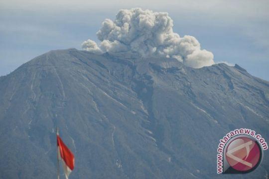 Gunung Agung 17 kali hembuskan asap