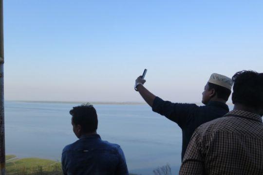 Laporan dari Bangladesh - Jadi saksi bisu pelarian Rohingya, Sungai Naf dikunjungi turis lokal