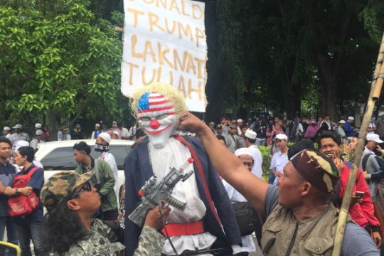Massa bakar boneka Trump di depan Kedubes AS (video)