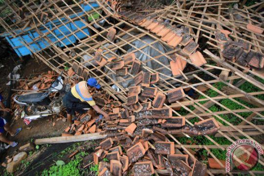 Puting beliung rusak puluhan rumah di Sukabumi
