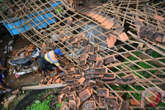 Hujan-angin rusak sejumlah rumah warga Tulungagung