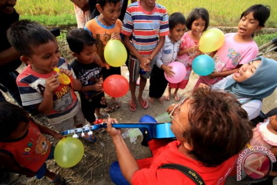 Menghibur Anak Pengungsi Banjir