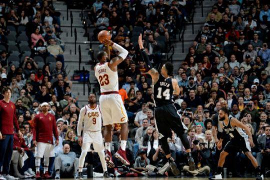 LeBron James capai 30.000 poin, tapi Cavaliers dikalahkan Spurs