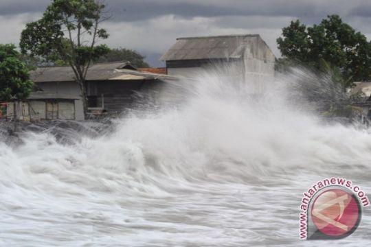 Gelombang tinggi rusak  puluhan warung di pantai Sodong, Cilacap