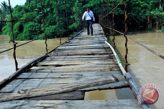 Jembatan putus, ratusan siswa di Cianjur libur sekolah