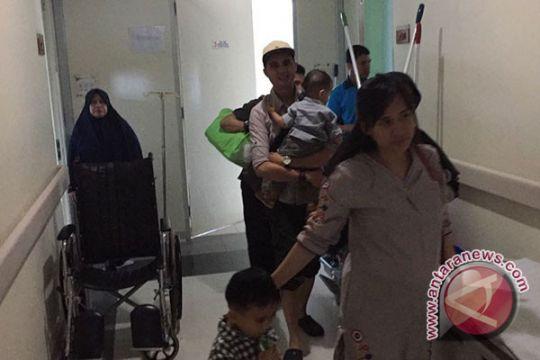 Pekerja dan pengunjung rumah sakit berhamburan keluar saat gempa