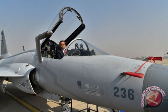 Kemarin, Jokowi naik pesawat tempur hingga UFO