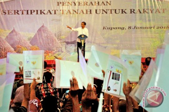 Presiden Bagikan Sertifikat Tanah