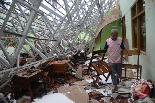 Sekolah di Jepara rusak diterjang angin kencang