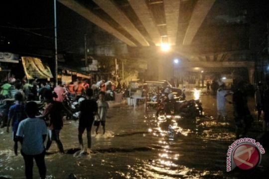 Jakarta banjir - Belasan warga bertahan di kolong flyover