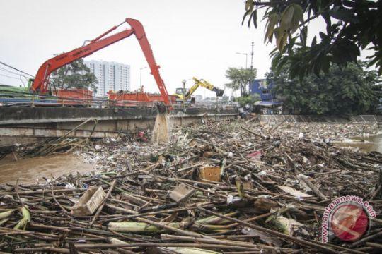 3.000 ton sampah sudah diangkut dari bantaran Ciliwung