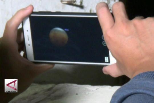 Amati gerhana melalui layar telepon genggam