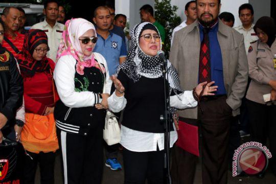 Foto Kemarin: Elvi Sukaesih diperiksa Polda Metro Jaya