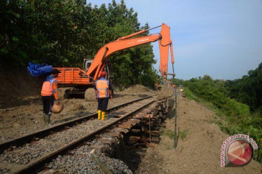 Kereta api dari Semarang terlambat tiba di Madiun karena ada longsor