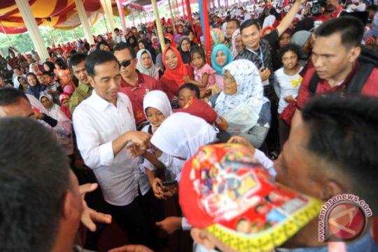Presiden bagikan tiga sepeda kepada warga Solok