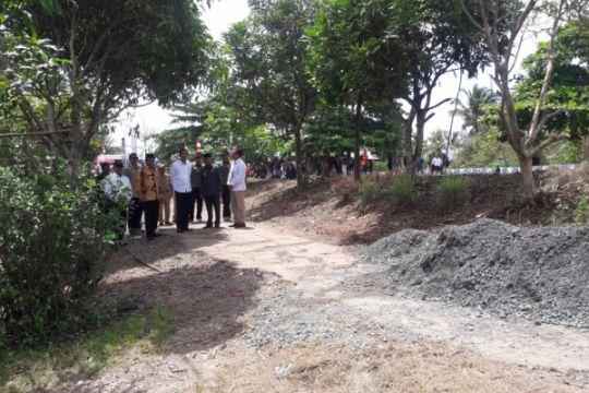 Blusukan di pinggir kali Pematang Panjang, Jokowi tinjau pembangunan jalan PKTD