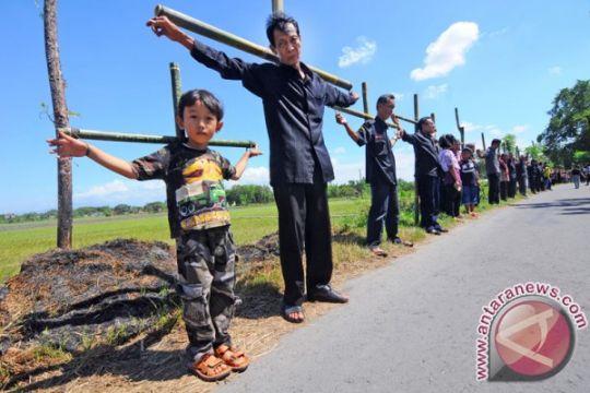 Umat Katolik di Minahasa Tenggara laksanakan Jalan Salib