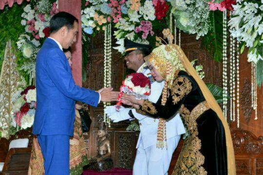 Jokowi hadiri resepsi pernikahan mantan ajudan semasa Gubernur DKI
