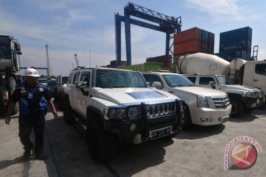 16 kendaraan mewah sitaan milik Abdul Latif tiba di Tanjung Priok