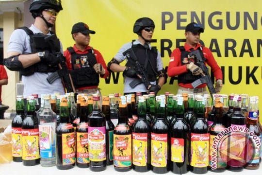 Ratusan botol miras dimusnahkan di Waykanan