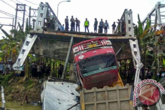 Ambrolnya jembatan Widang karena kurang pemeliharaan