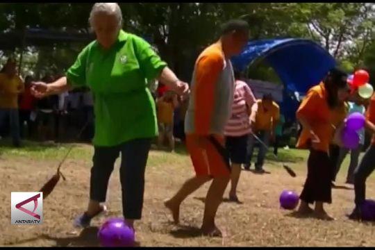 Melihat keseruan lansia adu kemampuan