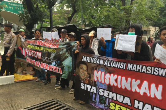 Massa berunjuk rasa di luar sidang vonis Setya Novanto